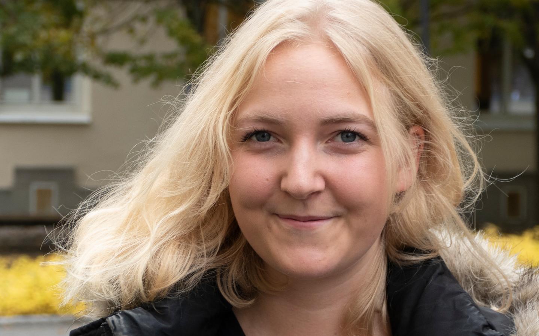 Närbild utomhus på en kvinnas ansikte med långt blont hår